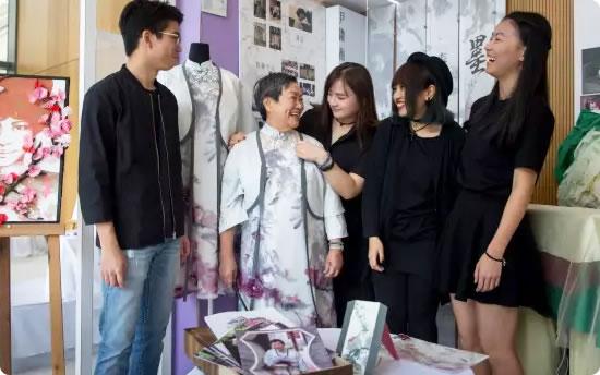 大学生为在世老人设计时尚寿衣和丧礼