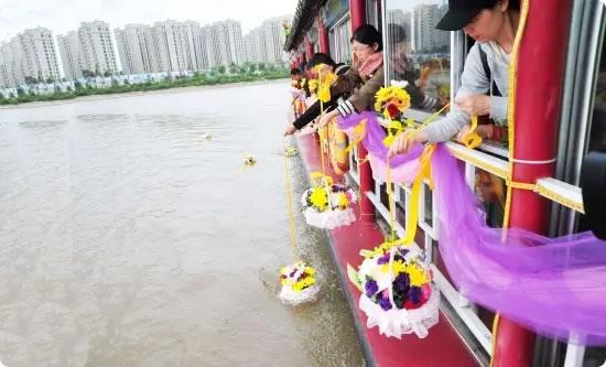 牡丹江市举行第二届公益性骨灰江葬活动